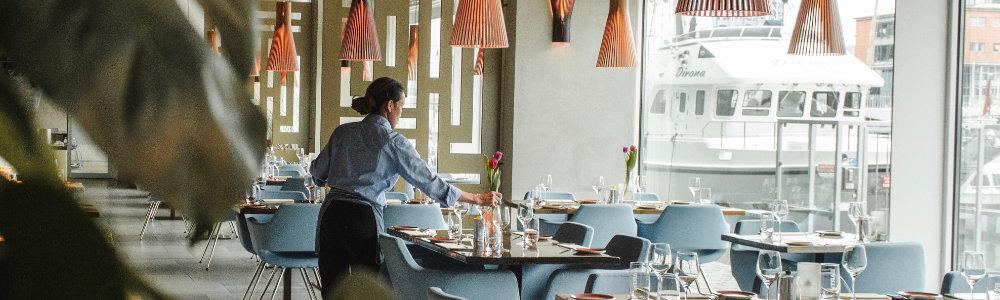 Kellnerin-deckt-Tisch-Berufe-ohne-Ausbildung-Adecco